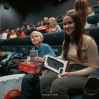 任天堂主动送《冰雪奇缘2》观影家庭Switch主机+游戏+配件